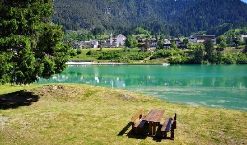 In Auronzo a simple walk along the banks of Lake Santa Caterina